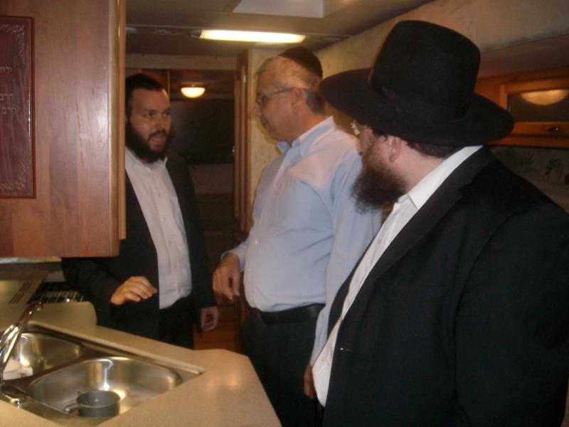 """מנכ""""ל בנק הפועלים מר ציון קינן ביקר בטנק 17 של ניידות חב""""ד"""