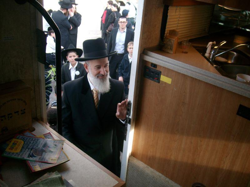 הרב הראשי לישראל הרב יונה מצגר בטנק המבצעים
