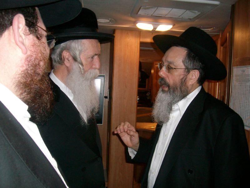 הרב גרוסמן ביקר בטנק המבצעים